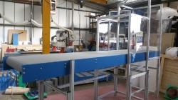 Horizontal conveyor with robot enclosure